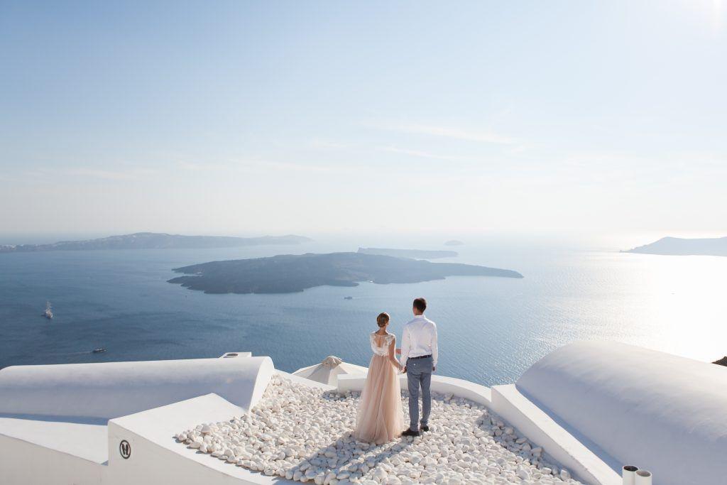 Una pareja recién casada en Oia, en la isla griega de Santorini.
